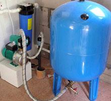 Установка вертикального гидробака в частном доме